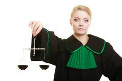 Hållande våg för kvinnaöverrättsadvokat royaltyfria foton