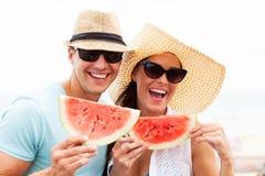 Hållande vattenmelon för par Fotografering för Bildbyråer