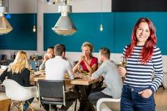 Hållande vinglas för lycklig kvinna på restaurangen Arkivbilder