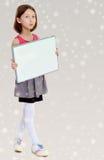 Hållande vit affisch för liten flicka Royaltyfria Foton