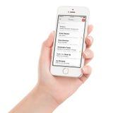 Hållande vit Apple för kvinnlig hand iPhone 5s med Google Gmail app Arkivfoto