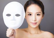 Hållande vit maskering för ung kvinna för medicinsk skönhet Fotografering för Bildbyråer