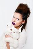 Hållande vit persisk katt för härlig kvinna Royaltyfria Bilder