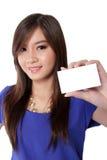 Hållande vitt tomt kort för asiatisk kvinna royaltyfri fotografi