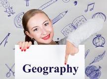 Hållande whiteboard för ung kvinna med handstilord: geografi Teknologi, internet, affär och marknadsföring royaltyfri foto