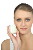 Hållande yoghurt för blond kvinna Royaltyfri Bild