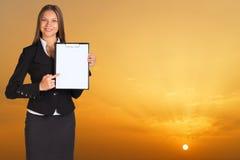 Hållare för affärskvinnainnehavpapper Arkivfoto
