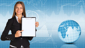 Hållare för affärskvinnainnehavpapper Arkivbilder