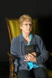 Mogna den kristna religionståenden för den höga kvinnan fotografering för bildbyråer