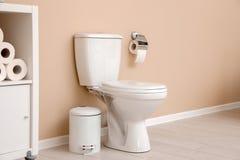 Hållare med rulle för toalettpapper på wal arkivbilder