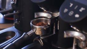 Hållaren för närbildkaffemaskinen fyller upp Expresso bearbetar med maskin lager videofilmer