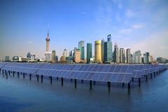 Hållbar ren energi för Photovoltaic för Shanghai för solenergiväxter Lujiazui Bund horisont Royaltyfri Fotografi