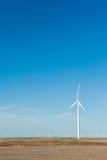 Hållbara generatorer för vindenergi mot blå himmel; förnybart e Royaltyfri Foto