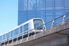 Hållbart driverless modernt ljust stångtunnelbanadrev på järnvägspår i Europa royaltyfria foton