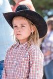Håller ögonen på den bärande cowboyhatten för unga flickan Williams Lake Stampede Parade Arkivfoto