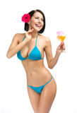 Håller den bärande bikinin för kvinnan coctailen arkivfoton