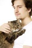 håller den fluffiga handen för katten mannen som Royaltyfria Bilder