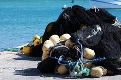 håller flytande fisknät royaltyfri foto