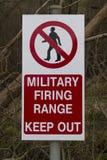 Håller militär skjutavstånd för tecknet ut Arkivfoto