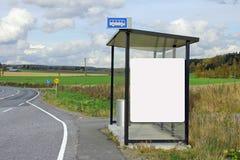 Hållplatsskydd med den blanka affischtavlan Arkivbild