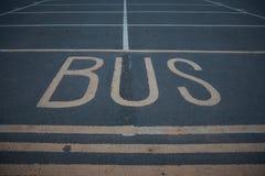 Hållplatstecken på den offentliga asfaltvägen arkivfoton