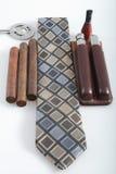 Hångla tien med cigarrer och tillbehör royaltyfri fotografi