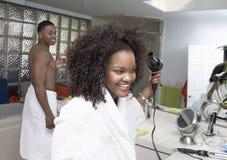 Hår för afrikansk amerikankvinnauttorkning Arkivbilder