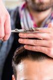 Hår för barberarebrämmannen i frisör shoppar Fotografering för Bildbyråer