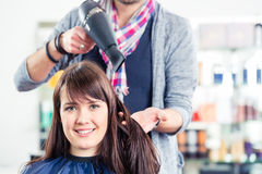 Hår för kvinna för frisörslag torrt Royaltyfria Bilder