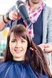 Hår för kvinna för frisörslag torrt Arkivbilder
