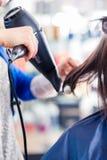 Hår för kvinnan för frisörslaget shoppar torrt in Arkivbild