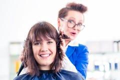Hår för kvinnan för frisörslaget shoppar torrt in Fotografering för Bildbyråer