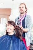 Hår för kvinnan för frisörslaget shoppar torrt in Royaltyfri Bild