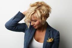 Hår för ung kvinna för stående som stiligt blont bär tom vit bakgrund för blått omslag Foto för skönhetmodefolk nätt Royaltyfri Fotografi