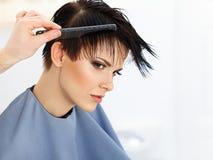Hår. Frisör som gör frisyren. Skönhetmodell Woman. Frisyr. Arkivfoton