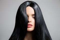 hår Härlig brunettflicka Sunt långt hår Fotografering för Bildbyråer