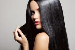 hår Härlig brunettflicka Sunt långt hår royaltyfria foton