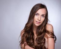 hår Härlig brunettflicka Sunt långt hår royaltyfria bilder