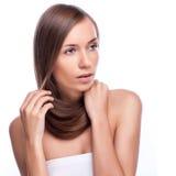 hår Härlig brunettflicka Sunt långt hår model kvinna för skönhet frisyr Arkivfoto