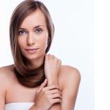 hår Härlig brunettflicka Sunt långt hår model kvinna för skönhet frisyr royaltyfria foton
