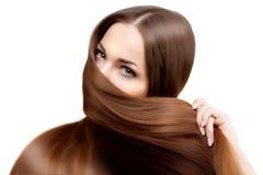 hår long frisyr Skönhetkvinna med långt sunt och skinande slätt svart hår Modemodell med skinande hår Arkivbild