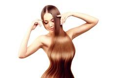 hår long frisyr Skönhetkvinna med långt sunt och skinande slätt svart hår Modemodell med skinande hår Arkivfoton