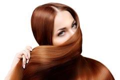 hår long frisyr Skönhetkvinna med långt sunt och skinande slätt svart hår Modemodell med skinande hår Arkivfoto