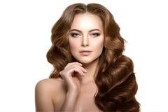 hår long Vågkrullningsfrisyr Skönhetkvinna med långt sunt och skinande slätt svart hår Updo Modefunktionsläge Royaltyfria Foton