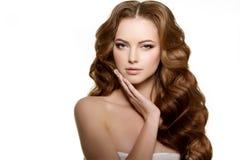 hår long Vågkrullningsfrisyr Skönhetkvinna med långt sunt och skinande slätt svart hår Updo Modefunktionsläge Fotografering för Bildbyråer
