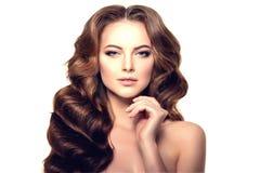 hår long Vågkrullningsfrisyr Skönhetkvinna med långt sunt och skinande slätt svart hår Updo Modefunktionsläge Royaltyfria Bilder
