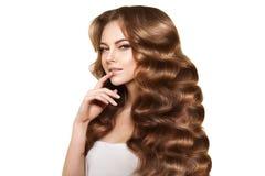 hår long Vågkrullningsfrisyr Skönhetkvinna med långt sunt och skinande slätt svart hår Updo Modefunktionsläge Royaltyfri Foto