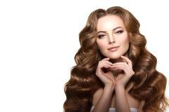 hår long VågkrullningsUpdo frisyr Skönhetkvinna med långt sunt och skinande slätt svart hår guld- modell för klänningmode Royaltyfria Bilder
