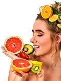 Hår och ansikts- maskering från nya frukter för kvinnabegrepp Royaltyfri Bild