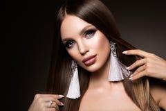 hår Skönhetkvinnan med mycket lång sunt och skinande slätar brunt hår Modell Brunette Gorgeous Hair royaltyfria bilder
